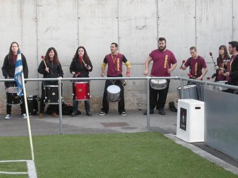 Mucho color blanquiazul en Les Grases. Los Diables de la Salut acompañaron con sus timbales y tambores el juego del Santfe.