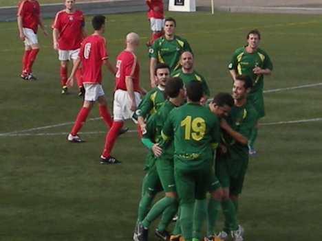Josemi recibe las felicitaciones de sus compañeros tras el primer gol.